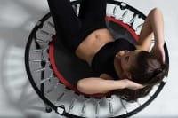Fitnesstrampolin mit Frau